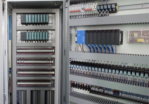 单机袋式除尘器PLC配电箱 控制风机功率为7.5KW 电压为380V 控制方式直接点动启动,点动停止, 具有过流过载保护 卸料器功率为2.2KW 电压为380V 控制方式直接点动启动,点动停止, 具有过流过载保护 4个气缸 4个脉冲阀,脉冲阀电压为直流24V 控制方式采用进口西门子PLC加触摸屏,中间继电器为进口欧姆龙中间继电器,通过触摸屏 提脉间隔,脉冲宽度, 室间隔,周期间隔,调整方便,性能稳定,具有过载过流保护。 配电箱尺寸为400*500*200