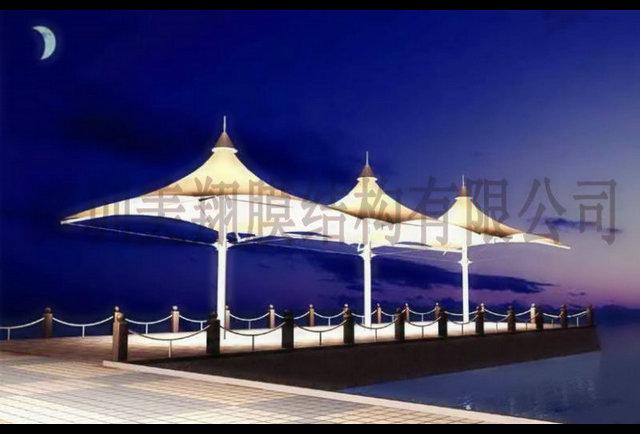 从结构上分可分为:骨架式膜结构,张拉式膜结构,充气式膜结构3种形式 1.骨架式膜结构(frame supported structure)    以钢构或是集成材构成的屋顶骨架,在其上方张拉膜材的构造形式,下部支撑结构安定性高,因屋顶造型比较单纯,开口部不易受限制,且经济效益高等特点,广泛适用于任何大,小规模的空间 2.