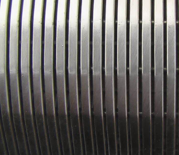 不锈钢绕丝筛管/三角丝约翰逊筛管/梯形丝绕丝滤水管/V形丝水泵过滤管/钻井用绕丝筛管 主要用于打井防沙、水井、油井、气井,用于油、气、水井中,通过砾石充填,可防止地层出砂,以达到保护井下及地面设备、保证,可与深井泵、潜水泵等配套使用,也可用于油、气、水等多介质的过滤,水处理、水软化、海水转化为淡水等方面,还可也可用于食品化工等行业的过滤设备。 材料:不锈钢丝(302,304,316,304L,316L 等),低碳钢丝,低碳钢丝镀锌。 外径: 20mm-1000mm 缝隙:0.