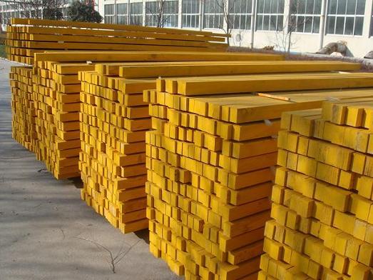 单板层级材,简称LVL,是以原木为原料旋切或者刨切制成单板,经干燥、涂胶后,按顺纹或大部分顺纹组坯,再经热压胶合而成的板材,它具有实木锯材没有的结构特点:强度高、韧性大、稳定性好、规格精确,比实木锯材在强度、韧性方面提高了3倍。此产品可用于建筑模板构件、建筑横梁、车厢板、家具、地板、房间装潢木龙骨及包装用材等,应用范围广泛。 LVL材与实木锯材比较,就可看出LVL具有许多普通实木锯材不具有的优点: 1、LVL材料可将原木的疤节、裂痕等缺陷分散、错开,从而大大降低了对强度的影响,使其质量稳定、强度均匀、