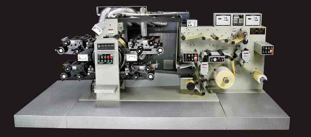 牙膏皮印刷机 电池标印刷机 商标印刷机 XF-WX260X4 产品描述 适用材料:贴纸、积层材、BOPP膜、PET膜、PVC膜、PE膜、收缩膜和特殊材料等。 适用刀模: 磁圆刀模、雕刻圆刀模(选配)。 印版凸版:棚旨版、版材硬度45~55度、版材厚度0.95mm(全厚) 、洗版深度0.69mm(参考) 标准配置: 印刷座 四座 版筒 一套 uv干燥系统 四座 工具 一套 贴版台 一套 纠编系统 一套 接纸台 一套 可选择扩充功能及配备 上油光座(附UV) 电晕处理器 静止图象处理器 胶里和背面印刷设备 静