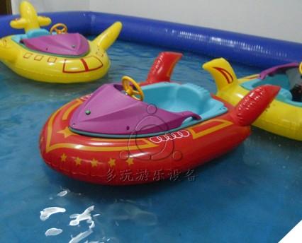 产品简介 碰碰船又叫儿童碰碰船、水上碰碰船、充气碰碰船,通过电瓶带动船下面的螺旋桨提供动力,从而实现前进、左转、右转、360度原地旋转等效果,碰撞游玩中激发小朋友的好奇心,多玩游乐的碰碰船承重100KG,可以承重一个大人和一个小孩或者2个小孩,妈妈或者爸爸可以带着孩子进行亲子互动,增加孩子与爸爸妈妈之间的交流。是孩子游乐项目的首选项目,目前已在国内大城市掀起一股热潮,市场潜力巨大! 产品详情 发货清单:产品+说明书+电瓶+充电器+气圈(普通圈/卡通圈)+气圈风机+气圈胶水胶料+代币(投币版本)+***(遥
