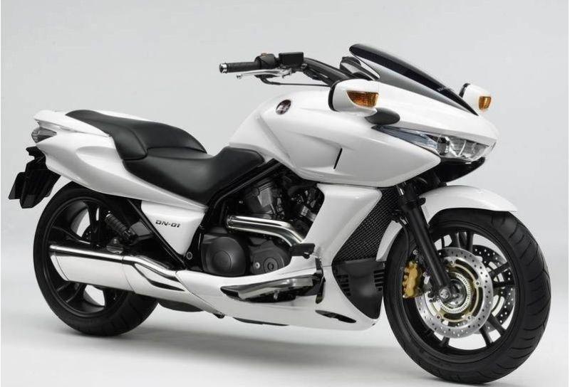 本田DN-01公路赛摩托车 四衝水冷SOHC 八汽閥 52 V2 汽缸 缸徑 x 衝程81.0 mm x 66.0 mm 壓縮比 10.0 : 1 總排氣量680cc 最高馬力61ps / 7,500rpm 最大扭力 6.5kg-m / 6,000rpm 傳動系統 HFT自動變速波箱 軸傳動 燃油供應 40mm PGM-FI 電噴系統 車架形式 雙搖籃鋼管前傾角( R) 28 30 拖曳距(T) 110mm 前懸掛系統 41mm套管油壓前叉,106mm行程 後懸掛系統 單筒避震 , 七級預載調較,12