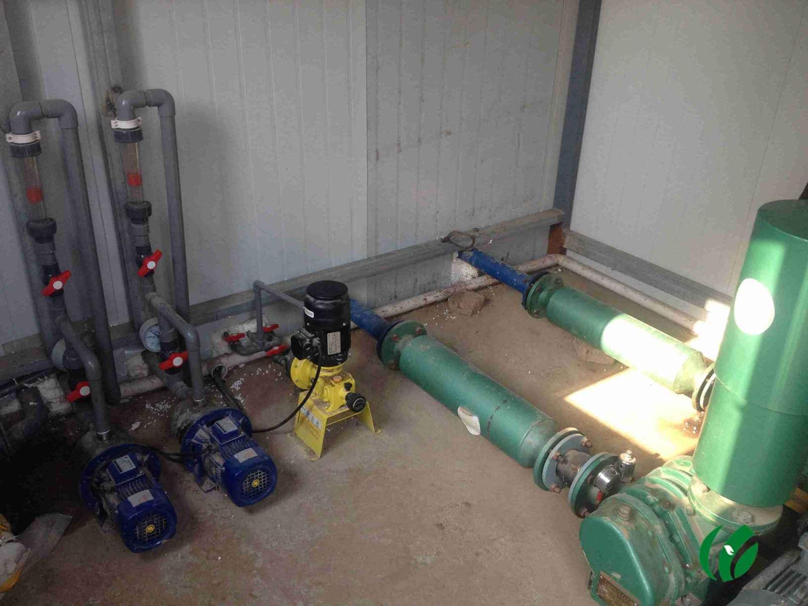HY-PD25一体化印染污水处理设备:(张女士:18538585830) 一体化印染污水处理设备参数: 1、臭氧用量: 3 g/h 2、曝气机功率: 1.5 K.w 3、空气量: 1.2 3 m3/min 4、贮气罐容积: 1.5 m3 5、流量计规格: 2.0 m3/h 6、水泵功率: 1.1 K.w 7、进水管: 40 mm 8、出水管: 100 mm 9、外形尺寸:2.